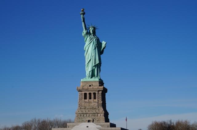 自由の女神の周りを初めて「人」が飛んだ。飛行スーツで史上初の試み